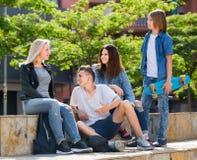 Adolescentes que charlan al aire libre en ciudad Imagen de archivo