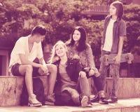Adolescentes que charlan al aire libre en ciudad Fotografía de archivo