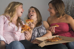 Adolescentes que comen la pizza Fotografía de archivo libre de regalías