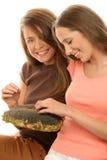 Adolescentes que comen los gérmenes de girasol Imagenes de archivo