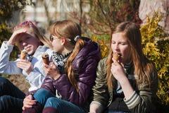 Adolescentes que comen un helado Imagen de archivo libre de regalías