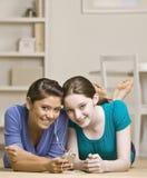 Adolescentes que comparten al jugador mp3 Imagenes de archivo