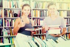 Adolescentes que compran nuevos libros Fotografía de archivo libre de regalías