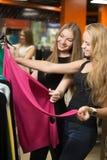 Adolescentes que compran ropa Imagen de archivo libre de regalías
