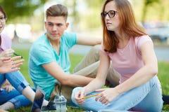 Adolescentes que comunican Imágenes de archivo libres de regalías