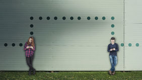 Adolescentes que comunican en el teléfono Foto de archivo