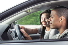 Adolescentes que conducen el coche Fotos de archivo libres de regalías