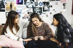Adolescentes que consuelan a su amigo preocupado gritador deprimido Fotografía de archivo libre de regalías