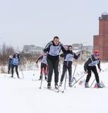 Adolescentes que corren en los esquís Fotografía de archivo libre de regalías