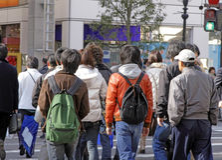 Adolescentes que cruzam a rua Fotografia de Stock