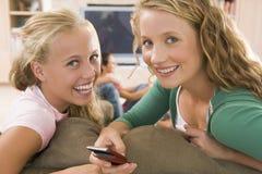 Adolescentes que cuelgan hacia fuera delante de la televisión Imagen de archivo