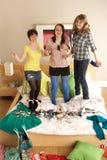 Adolescentes que cuelgan hacia fuera en dormitorio desordenado Imagen de archivo