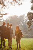 Adolescentes que cuelgan hacia fuera en el parque Fotos de archivo