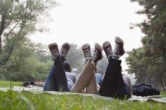 Adolescentes que cuelgan hacia fuera en el parque Imagenes de archivo