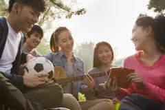 Adolescentes que cuelgan hacia fuera en el parque Imagen de archivo libre de regalías