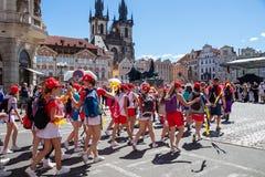 Adolescentes que desfilan en el festival de Sokol en las calles de Pragu Foto de archivo