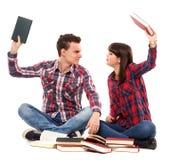 Adolescentes que discuten mientras que estudia Fotografía de archivo libre de regalías