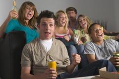 Adolescentes que disfrutan de bebidas juntas Foto de archivo libre de regalías