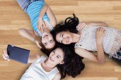 Adolescentes que encontram-se para baixo e que tomam a foto Fotografia de Stock Royalty Free