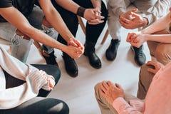 Adolescentes que encuentran al terapeuta Foto de archivo libre de regalías