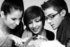 Adolescentes que escolhem destinos foto de stock