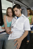 Adolescentes que escuchan el reproductor Mp3 Fotos de archivo libres de regalías