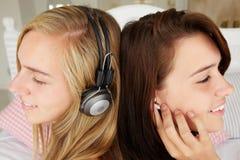 Adolescentes que escuchan la música Imágenes de archivo libres de regalías