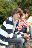 Adolescentes que esperam na jarda de escola Fotos de Stock