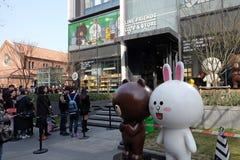 Adolescentes que esperan en línea para incorporar la línea café de los amigos y para hacer compras en Shangai Foto de archivo libre de regalías
