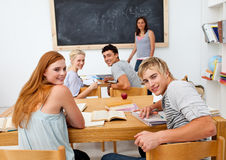 Adolescentes que estudam na High School Foto de Stock