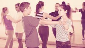 Adolescentes que estudian el baile de la danza del socio Imágenes de archivo libres de regalías