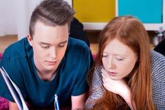 Adolescentes que estudian en foco Imagen de archivo libre de regalías