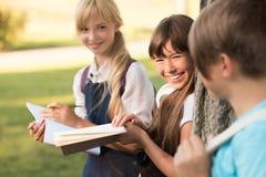 Adolescentes que estudian en parque Fotos de archivo