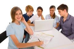 Adolescentes que estudian junto Imagen de archivo libre de regalías