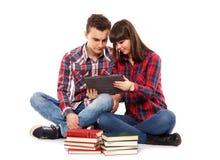 Adolescentes que estudian junto Imágenes de archivo libres de regalías