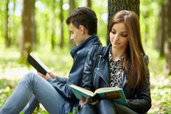 Adolescentes que estudian junto al aire libre Fotografía de archivo