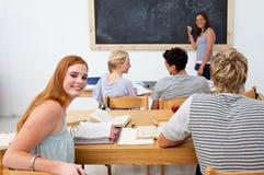 Adolescentes que estudian junto en una clase Fotografía de archivo libre de regalías
