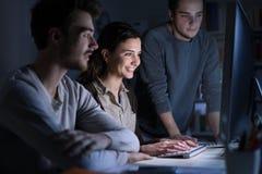 Adolescentes que estudian tarde en la noche Foto de archivo libre de regalías