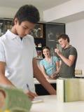 Adolescentes que examinan el modelo de la DNA Fotografía de archivo libre de regalías