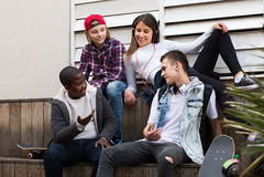 Adolescentes que falam no dia ensolarado Imagens de Stock Royalty Free