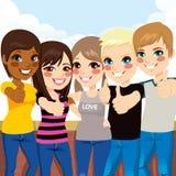 Adolescentes que fazem os polegares acima Fotografia de Stock Royalty Free