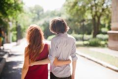 Adolescentes que fechan la relación pasatiempo romántico del amor Imágenes de archivo libres de regalías