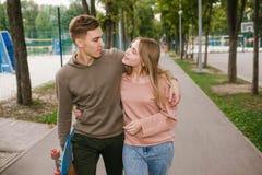 Adolescentes que fechan la relación pasatiempo romántico del amor Imagenes de archivo