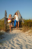 Adolescentes que funcionam à praia foto de stock