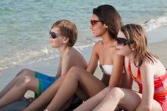 Adolescentes que gozan de la playa Imagenes de archivo