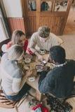Adolescentes que gozan del café en invierno Imagen de archivo libre de regalías