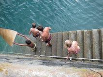 Adolescentes que gozan del mar Foto de archivo libre de regalías