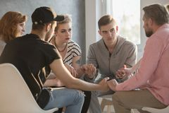 Adolescentes que hablan con el consejero del apego Imagenes de archivo