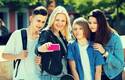 Adolescentes que hacen el selfie al aire libre Foto de archivo libre de regalías