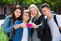 Adolescentes que hacen el selfie al aire libre Foto de archivo
